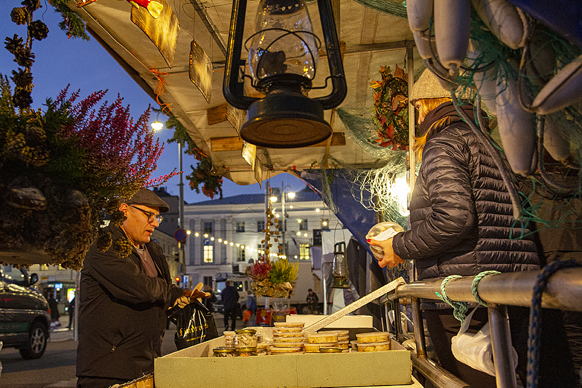 Silakkamarkkinoilla myydään kalaa aamusta iltaan