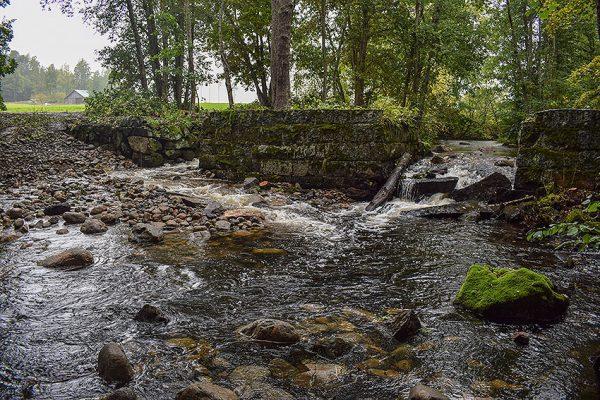 Padasjoen reitti vapautui nousuesteistä, kun suojeltu vanha ruukkipato sai kalatien yhteen patoluukuista.