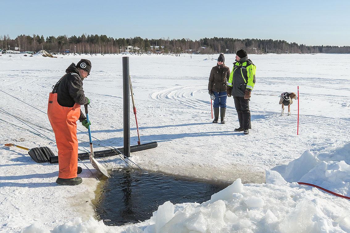 Perämeren Kalatalousyhteisöjen Liiton henkilökunta kokemassa talviverkkoja.