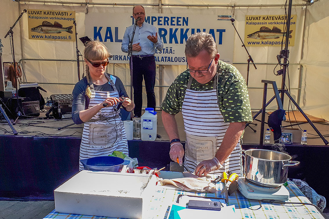Pirkanmaan Kalatalouskeskus ry:n toiminnanjohtaja Johanna Möttönen ja varapuheenjohtaja Ari Tapanainen valmistelemassa kokkausnäytöstä kevään kalamarkkinoilla.