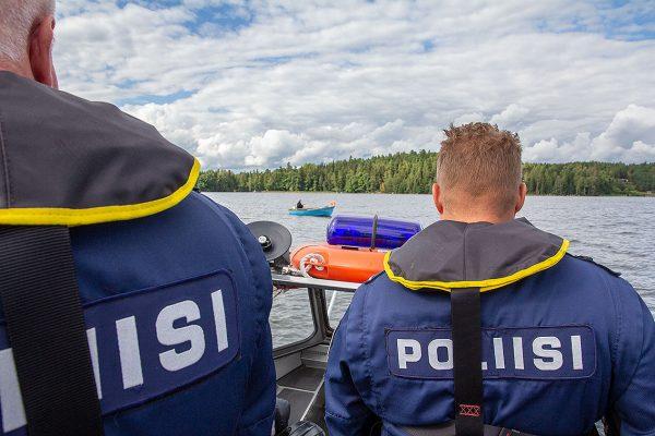 Lohjanjärven eräpoliisit valvomassa kalastusta Lohjanjärvellä.